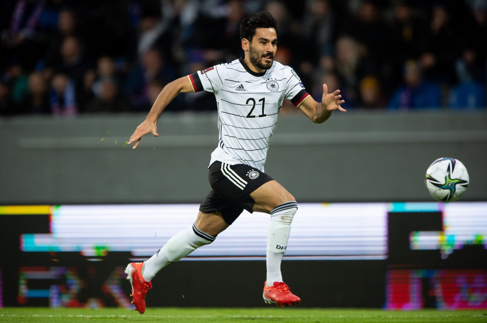 Germany midfielder Ilkay Gündoğan controls the ball during the 2022 FIFA World Cup qualifier football match between Iceland and Germany in Reykjavik, Iceland, Sept. 8, 2021. (Getty Images)