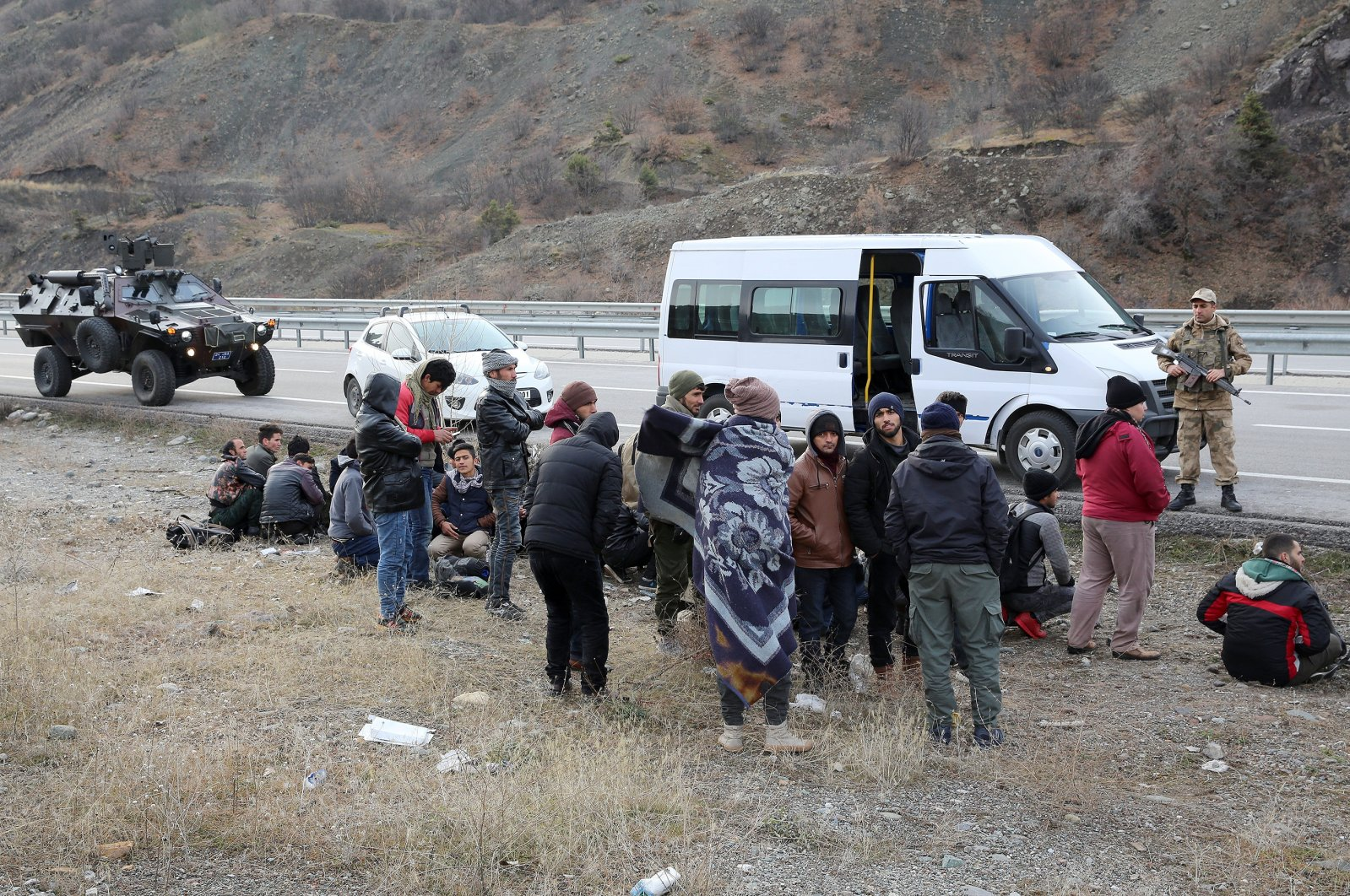 A group of migrants from Iran, Afghanistan, Pakistan and Nigeria were left on the roadside by human traffickers in Üzümlü district, Erzincan, Jan. 17, 2018. (AA Photo)