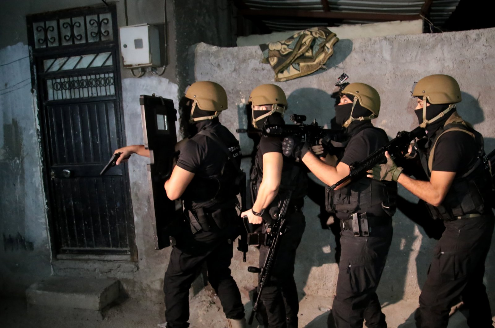 In this undated fie photo, a special operations squad prepares to enter a Daesh terrorist's residence in Adana, Turkey. (AA File Photo)