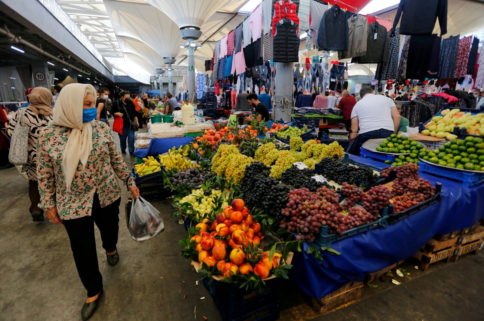 People shop at a local market, amid the coronavirus disease (COVID-19) outbreak, in Istanbul, Turkey, Sept. 14, 2021. (Reuters Photo)