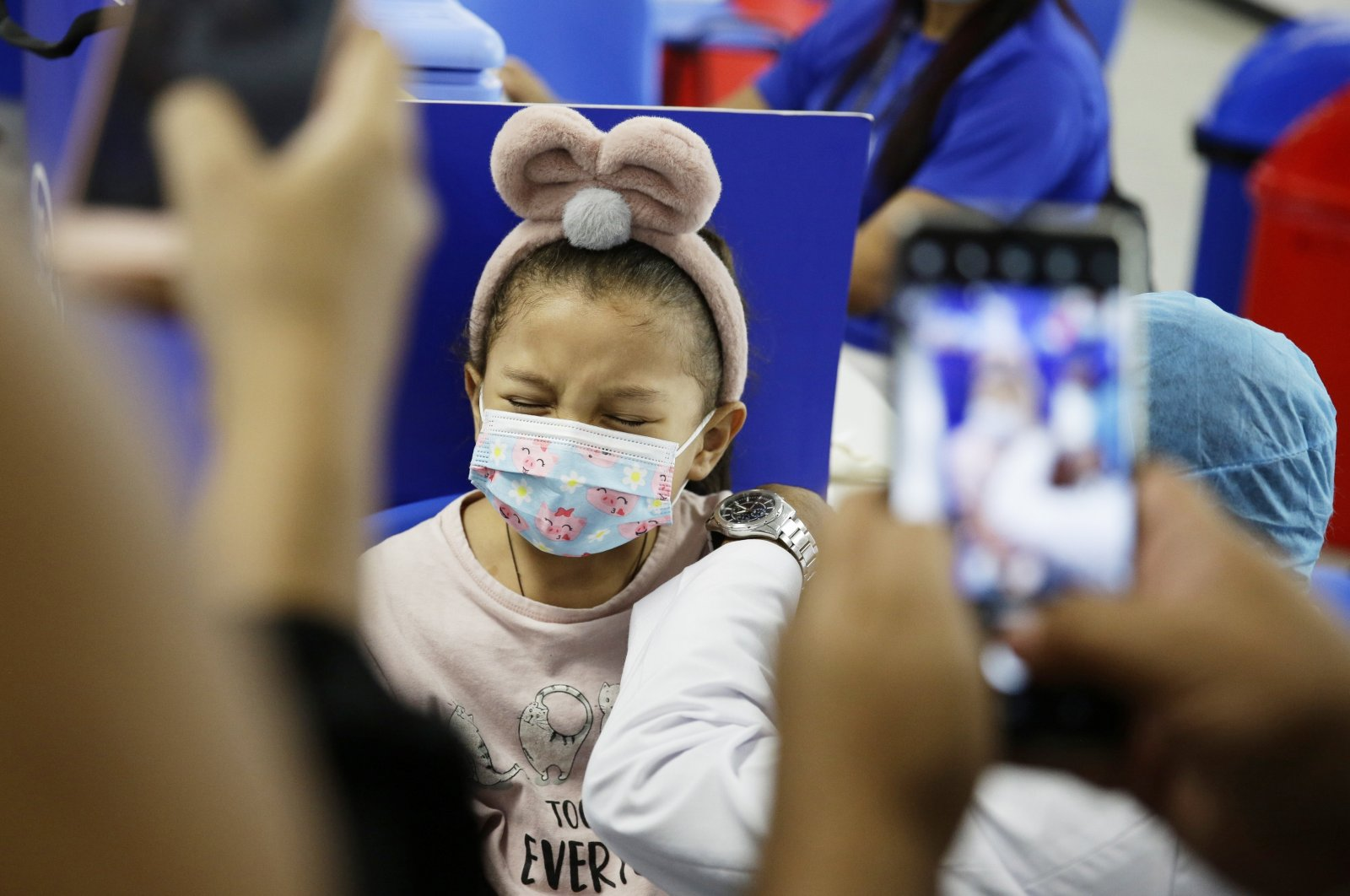 A child reacts as he receives the first dose of vaccine against COVID-19, at the vaccination center of Hospital El Salvador, in San Salvador, El Salvador, Sept. 22, 2021. (EPA Photo)