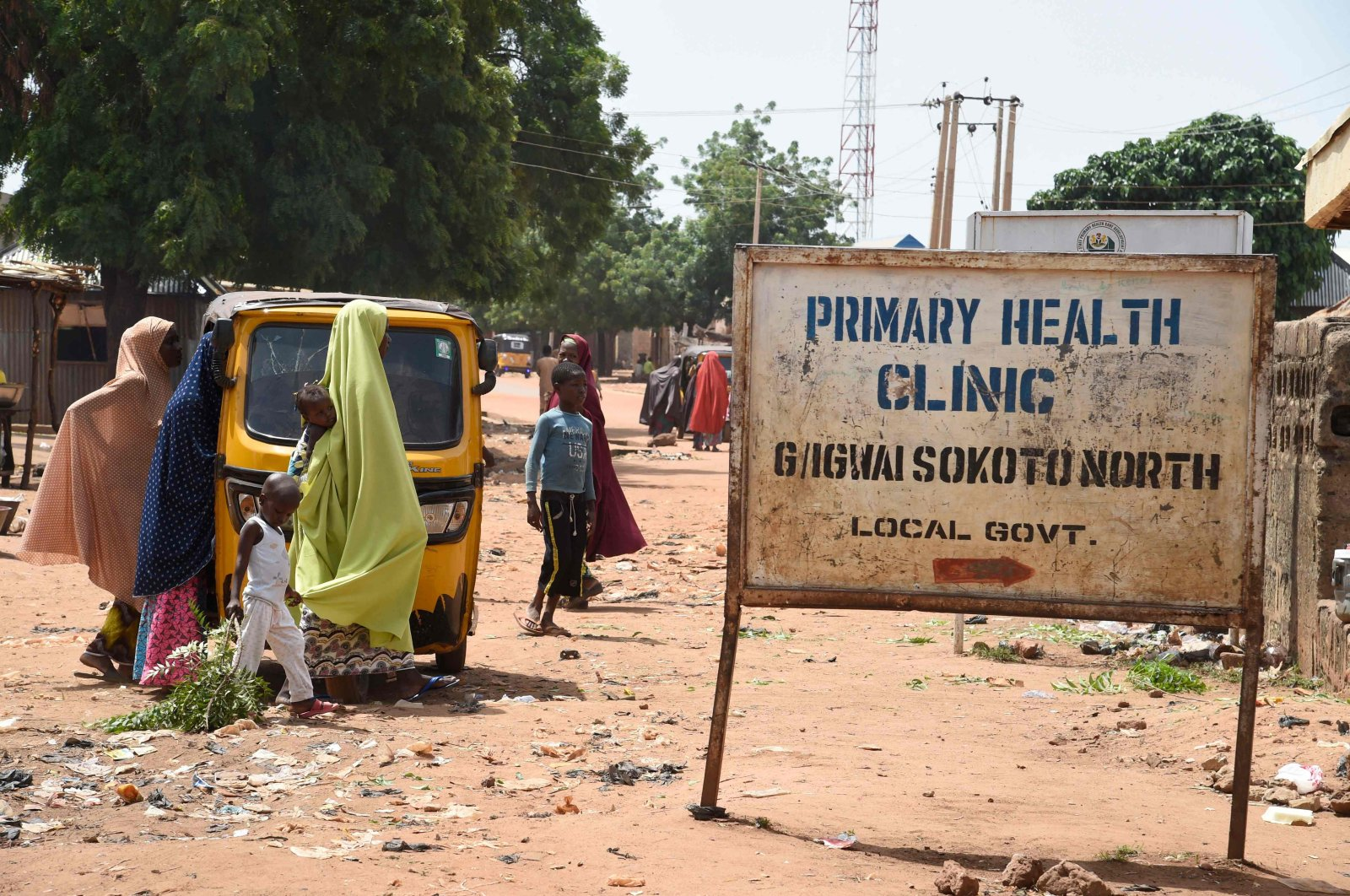 Mothers arrive at a primary health clinic, Glgwai Sokoto North in northwest Nigeria, on Sept. 21, 2021. (AFP Photo)