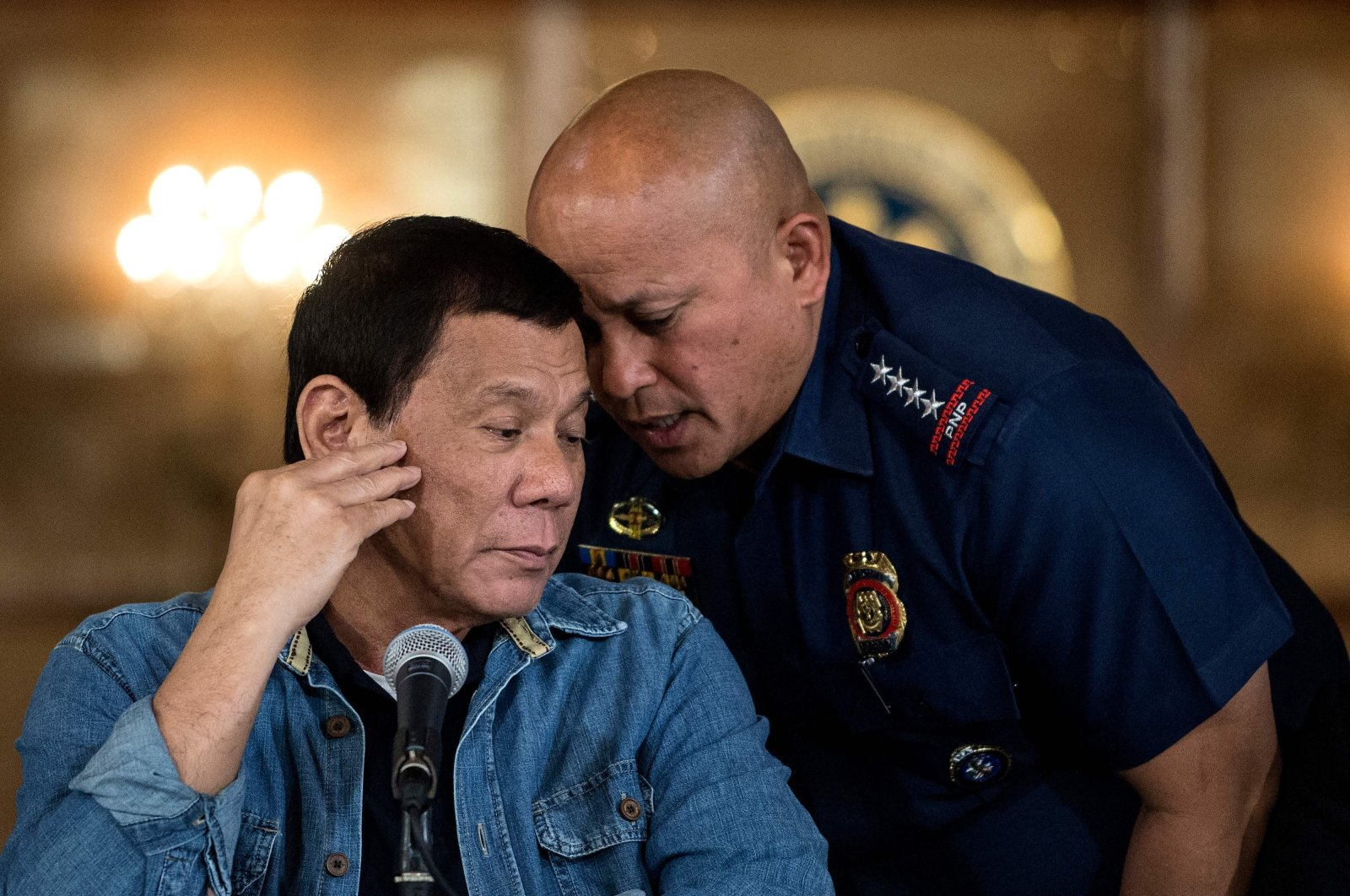 Then National Police Director-General Ronald dela Rosa (R) speaks toPhilippine President Rodrigo Duterte during a press conference at theMalacanang Palace in Manila, the Philippines, Jan. 30, 2017. (AFP Photo)