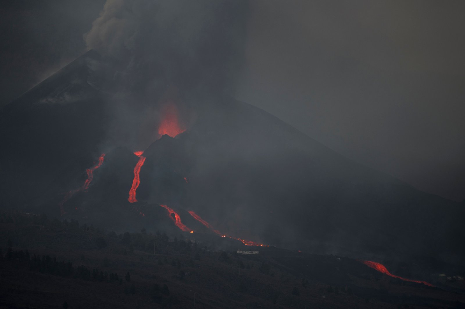 The Cumbre Vieja volcano, pictured from Los Llanos de Aridane, spews lava, ash and smoke on the Canary Island of La Palma, Spain, Oct. 9, 2021. (AFP Photo)