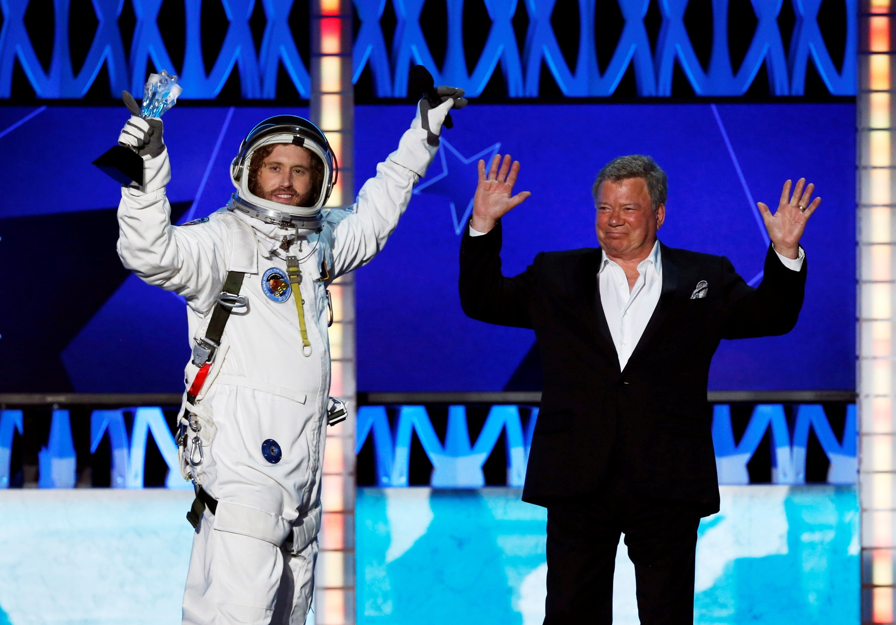 Hosts T.J. Miller (L) and William Shatner close the show during the 21st Annual Critics' Choice Awards in Santa Monica, California, Jan. 17, 2016.  (Reuters File Photo)