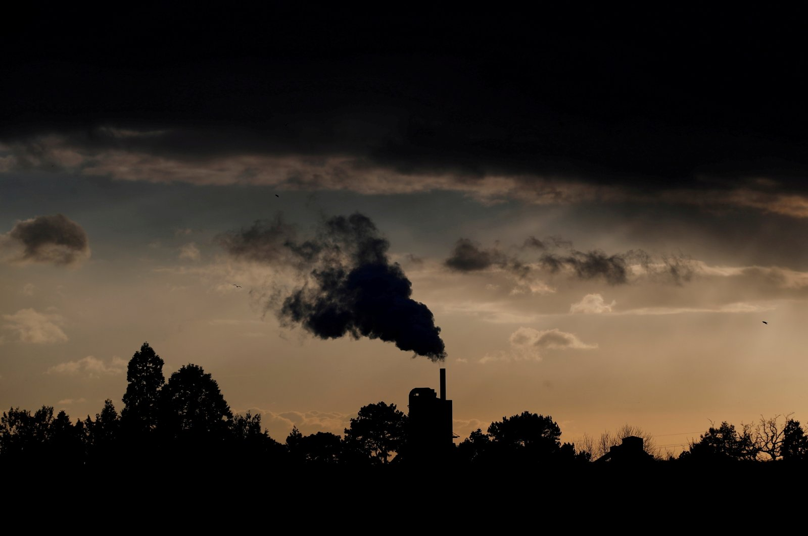 Smoke rises above a factory at sunset in Rugby, Britain, Feb. 10, 2021. (Reuters Photo)