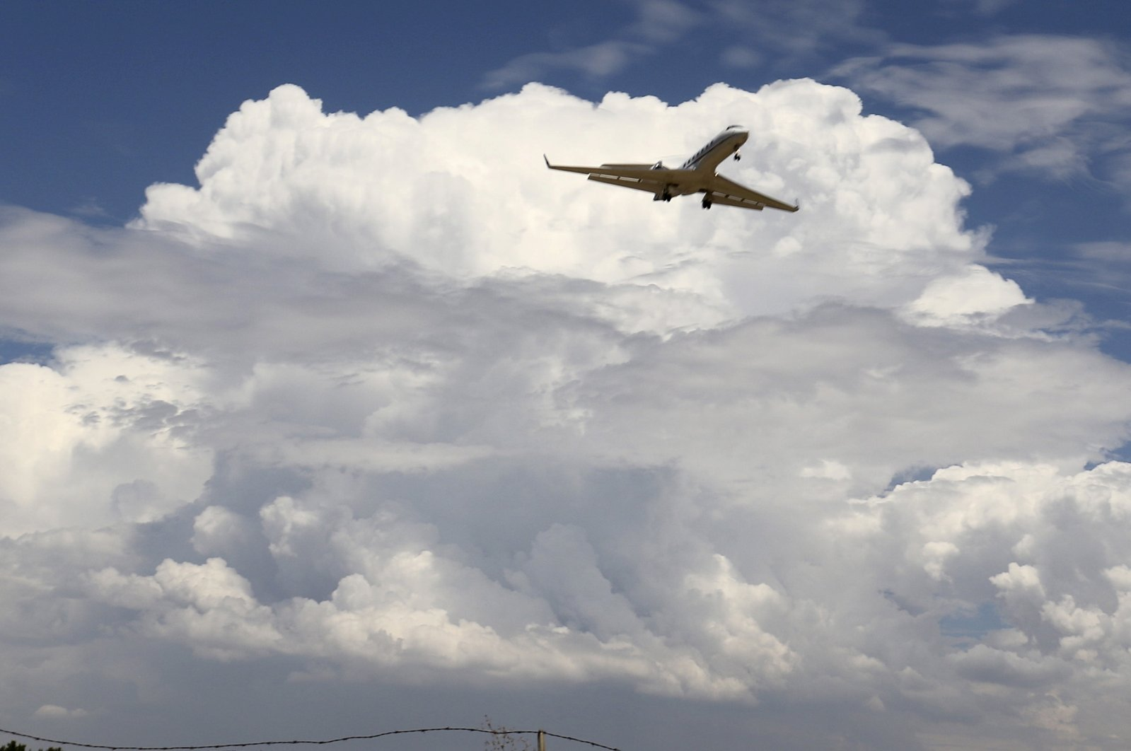 A private jet comes in for a landing at the Van Nuys airport in the high desert area of Los Angeles County, California, U.S., July 30, 2015. (Reuters Photo)