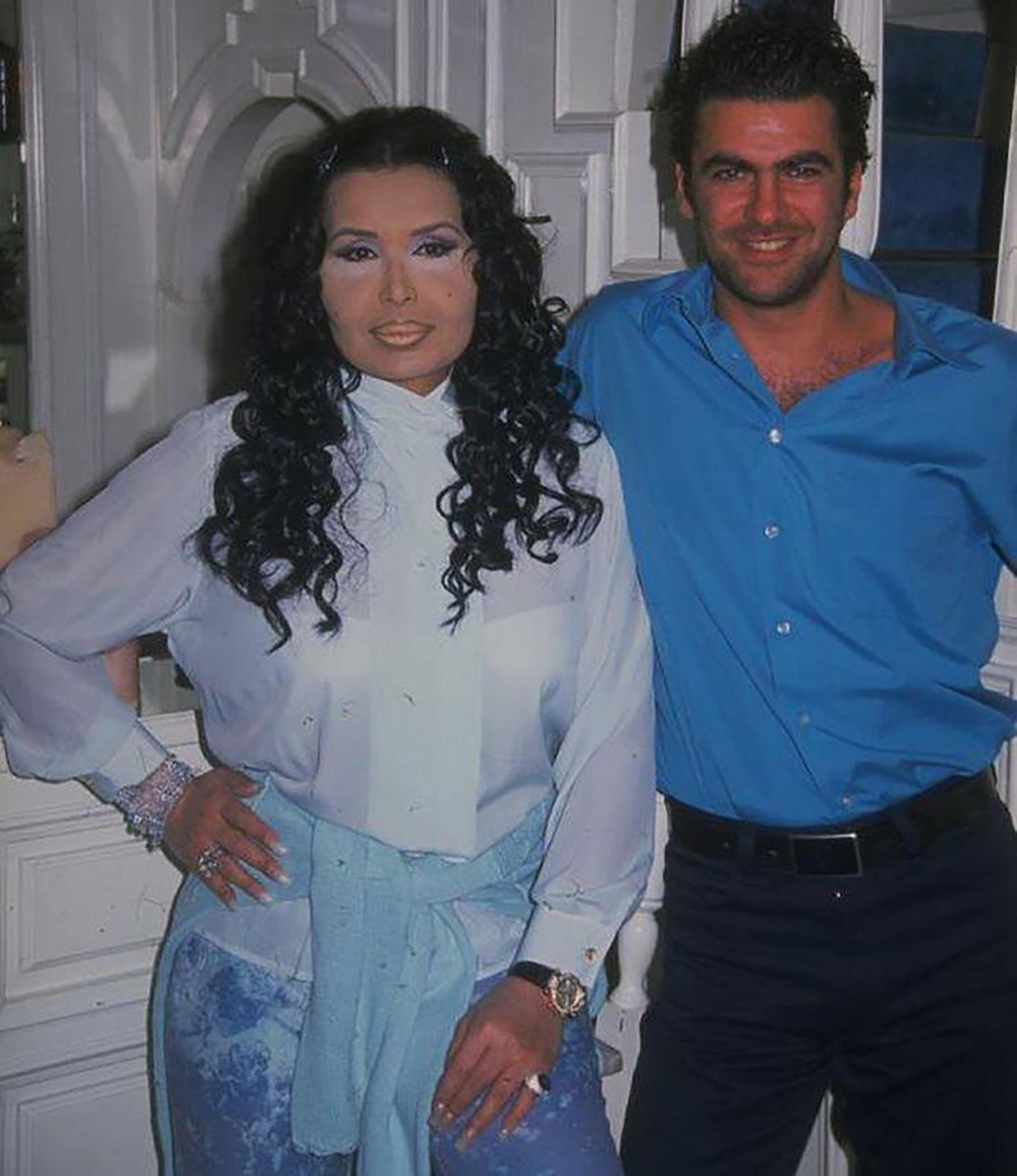 Bülent Ersoy (L) and Turkish model Karahan Çantayposefor a photograph. (Archive Photo)