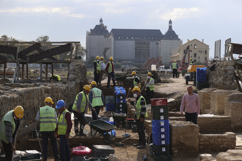Archaeologists and staff work at the Haydarpaşa excavation area in Kadıköy, Istanbul, on Oct. 12, 2021. (AA Photo)