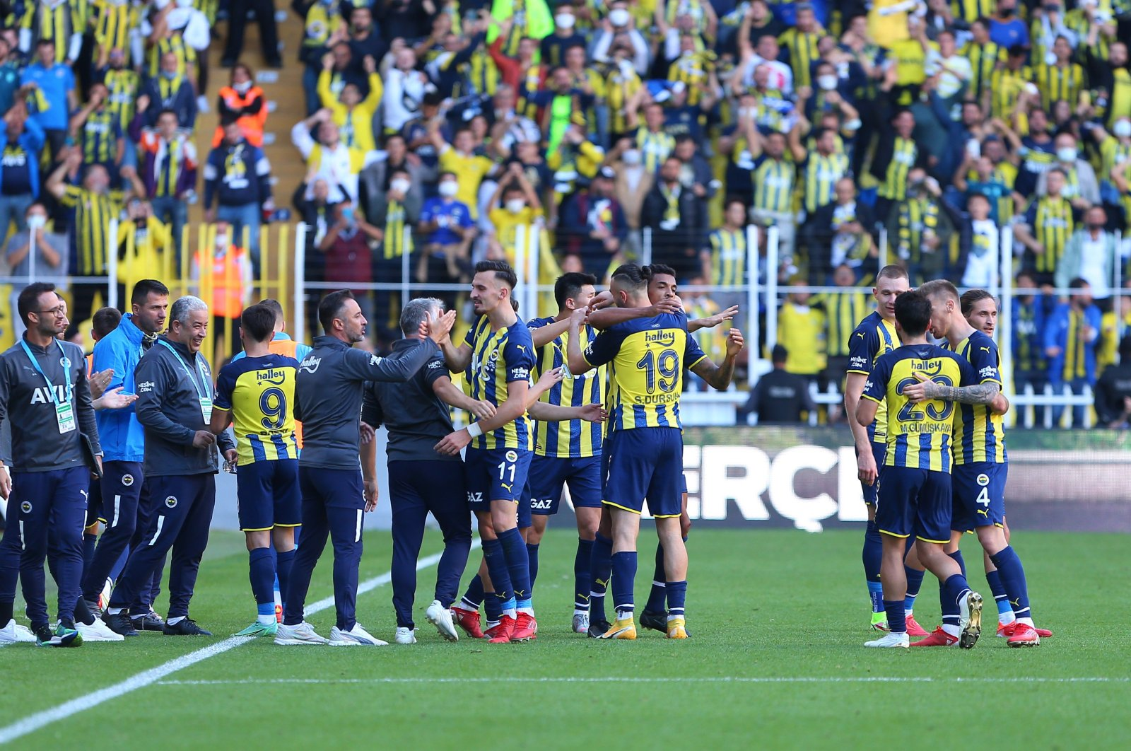 Fenerbahçe players celebrate after scoring a goal in a Süper Lig match against Kasımpaşa at Şükrü Saraçoğlu Stadium, Istanbul, Turkey, Oct 3, 2021. (Photo by Mustafa Nacar)