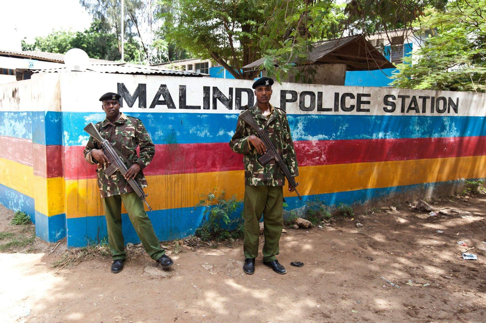 Two Kenyan General Service Unit Officers (GSU) stand guard outside the Malindi Police Station, Malindi, Kenya, March 28, 2013. (AFP Photo)